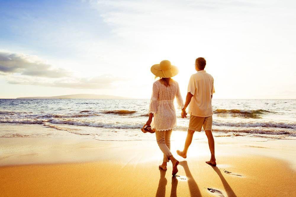 image d'un couple regardant l'horizon en bord de mer. Le mental est calme. Reconnexion à soi.