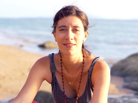 portrait de jessica houssin sur fond de mer
